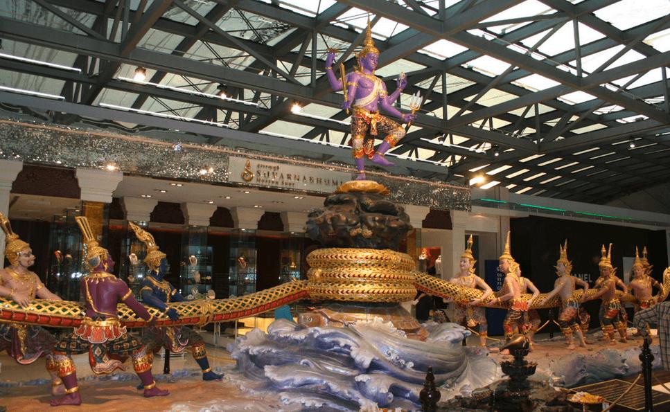 Suvarnabhumi lufthavn med thailandsk elefant i guld