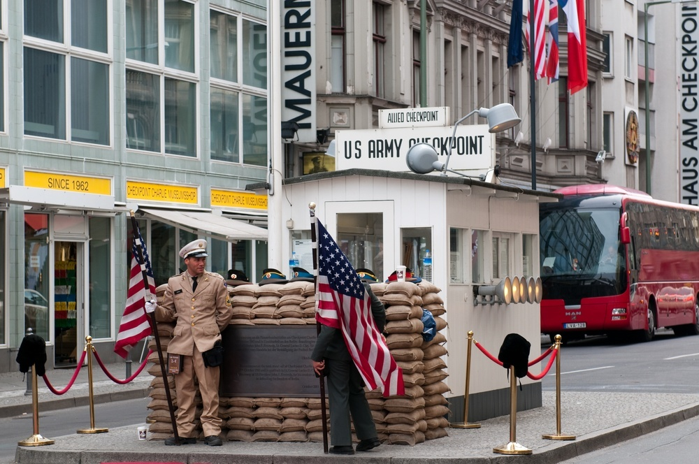 checkpoint charlie berlin l s om checkpoint charlie her. Black Bedroom Furniture Sets. Home Design Ideas
