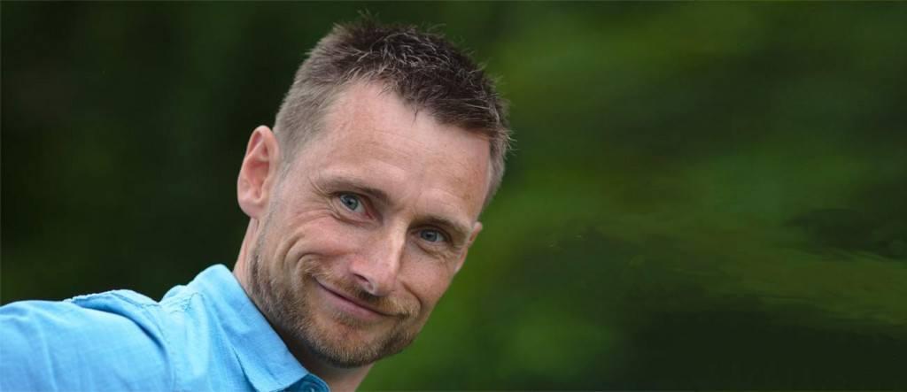 """Forfatter Thomas Veber udgiver snart bogen """"Hold kæft og rejs""""."""