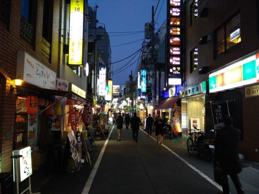 gade i tokyo med neonlys